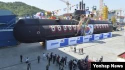7일 오후 한국 거제 대우조선해양에서 214급 잠수함 6번함인 유관순함의 진수식이 열리고 있다.
