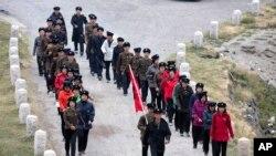 北韓工人參觀白頭山後排隊下山。(2018年8月18日)