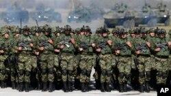 Arhiva - Pripadnici Vojske Srbije tokom ceremonije na vojnom aerodromu Batajnica, u blizini Beograda, 20. oktobra 2017.