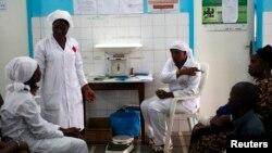 Ma'aikatan kiwon lafiya dake kula da masu cutar Ebola.