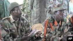 Joseph Kony, chefe do Exército de Libertação do Senhor à esquerda.