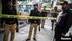Nhân viên an ninh Pakistan rào lại hiện trường vụ nổ bom tự sát gần trụ sở quân đội ở thành phố Rawalpindi, ngày 20/1/2014.