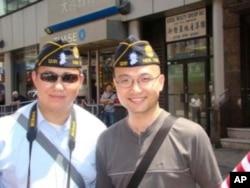 從波斯灣回來的王建華 (右)