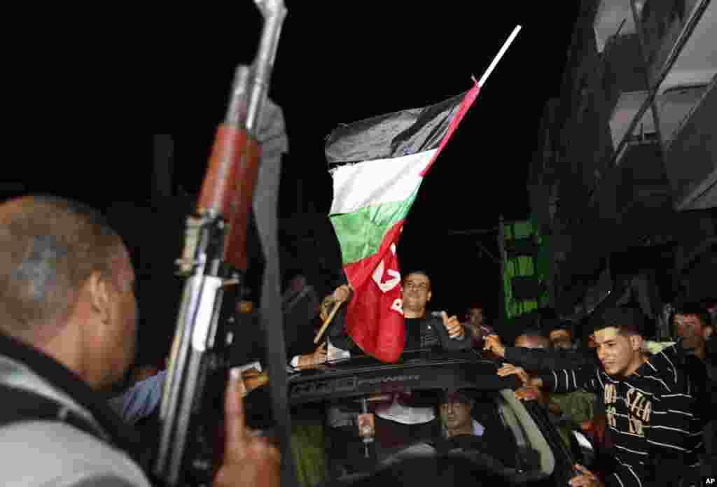 Fələstinlilər azad edilənləri bayram əhvali-ruhiyyəsi ilə qarşılayır - Şati qaçqın düşərgəsi, 30 oktyabr, 2013
