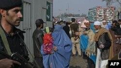Cảnh sát canh gác tại biên giới Pakistan-Afghanistan ở thị trấn Torkham, 27/11/2011