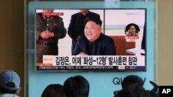 Dân chúng theo dõi bản tin tường trình vụ phóng phi đạn của Triều Tiên hôm 16/9/17 với hình ảnh tươi cười của lãnh tụ Kim Jong Un