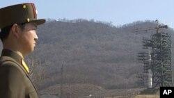 Các phóng viên báo chí được một viên chức Bắc Triều Tiên hướng dẫn đến địa điểm hỏa tiên Unha-3