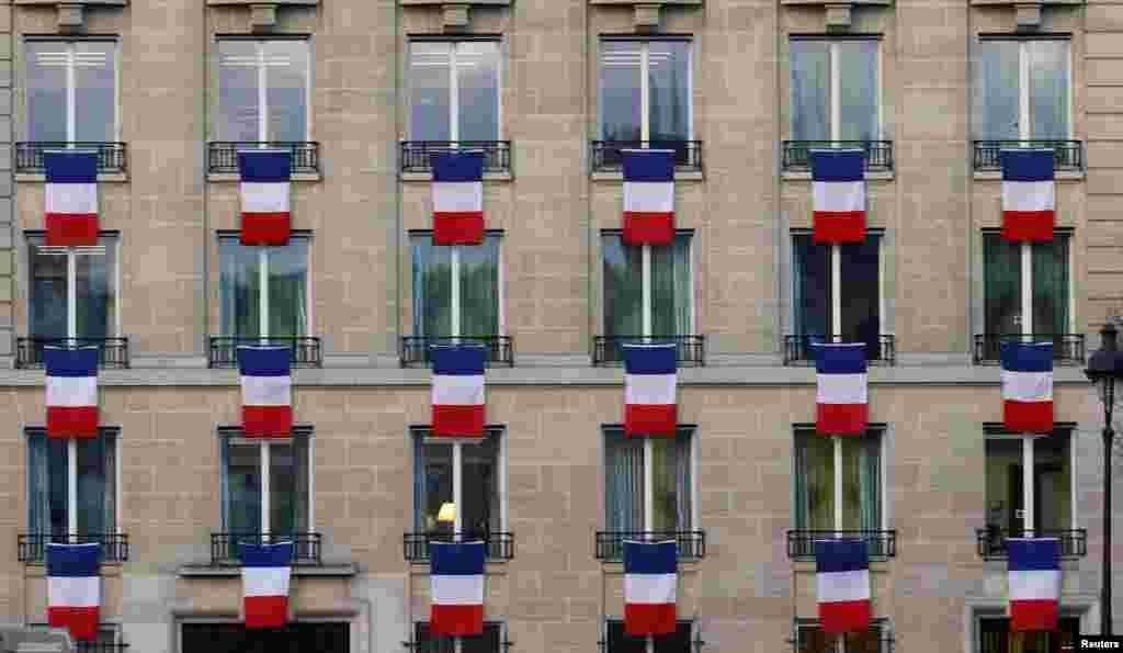 پرچم فرانسه بر پنجره ساختمانی در پاریس به یاد حملات تروریستی اخیر