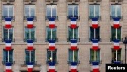 Des drapeaux français sur un bâtiment à Paris, le 27 novembre 2015.