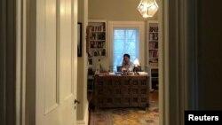 Le premier canadien Justin Trudeau, travaillant à partir de son bureau à domicile à Rideau Cottage, alors que son épouse Sophie Gregoire a été testée positive au COVID-19, Ottawa, Ontario, le 13 mars 2020. (Photo Ella-Grace Trudeau/Cabinet du Premier ministre via REUTERS)