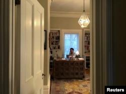 Perdana Menteri Kanada Justin Trudeau bekerja di rumahnya di Rideau Cottage saat menjalani karantina mandiri setelah terdiagnosis positif terjangkint virus corona (COVID-19), 13 Maret 2020. Foto diabadikan oleh putrinya, Ella-Grace (11 Tahun). (Foto: Reuters)