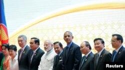 라오스 비엔티안에서 8일 열린 동아시아정상회의에 참석한 각국 정상들이 단체 기념촬영을 하고 있다. 왼쪽부터 아웅산수치 미얀마 국가자문역, 박근혜 한국 대통령, 리셴룽 싱가포르 총리, 쁘라윳 찬-오차 태국총리, 나렌드라 모디 인도 총리, 하사날 볼키아 브루나이 국왕, 바락 오바마 미국 대통령, 응우옌 쑤억 푹 베트남 총리, 통룬 시술릿 라오스 총리, 리커창 중국 총리.
