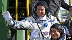 Astronot AS Jack Fischer (atas) dan Kosmonot Rusia Fyodor Yurchikhin, awak pesawat antariksa untuk misi ke ISS (Stasiun Antarikas Internasional) melambaikan tangannya sebelum peluncuran roket Soyuz-FG dari kosmodrom Baikonur, Kazakhstan, 20 April 2017. (AP Photo/Kirill Kudryavtsev, Pool)