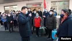 Presiden China Xi Jinping melakukan inspeksi upaya pencegahan penyebaran virus korona di tempat kerja di Beijing, Senin (10/2).