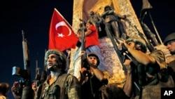 2016年7月16日凌晨,在伊斯坦布尔的塔克西姆广场,土耳其军人控制了局面,支持埃尔多安总统的民众举行抗议。