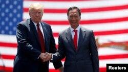 2018年6月28日,美國總統特朗普和台灣富士康董事局主席郭台銘在威斯康辛州富士康工廠的動工儀式上。