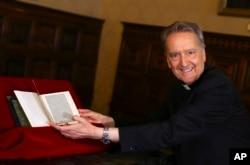 El prefecto de la Biblioteca del Vaticano, obispo Cesare Pasini muestra la copia auténtica de una carta escrita por Cristóbal Colón devuelta por EE.UU. el jueves 14 de junio de 2018.