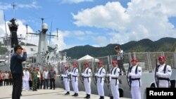 印尼總統佐科·維多多2020年1月9日視察納土納島上的一處軍事基地。