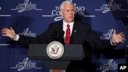 El vicepresidente de EE.UU., Mike Pence, durante el discurso a líderes hispanos de la pequeña empresa, reunidos en su cumbre anual en Washington D.C.