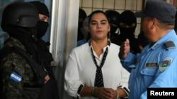 La esposa del expresidente de Honduras Porfirio Lobo (2010-2014), Rosa Elena de Lobo -acusada de malversación de fondos públicos, asociación ilícita y lavado de dinero- es escoltada a su llegada a una corte en Tegucigalpa, el 2 de marzo de 2018