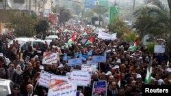 Des employés de l'agence de l'ONU pour les réfugiés palestiniens (UNRWA) manifestent contre la décision des États-Unis de geler leur aide à cette agence, dans la ville de Gaza, le 29 janvier 2018.