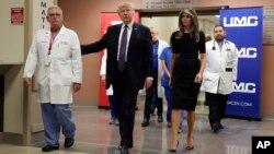 دونالدترمپ و بانوی اول ایالات متحده، در شفاخانۀ پوهنتون لاس ویگاس