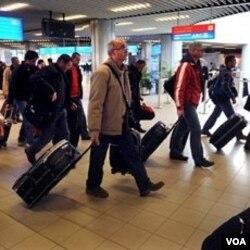 Pesawat Bulgaria yang melakukan evakuasi 111 warga Bulgaria dan 91 warga asing lainnya tiba di Sofia dari Tripoli, Libya (23/2).