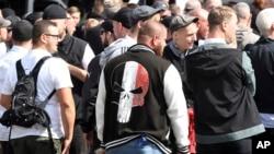 Kelompok ekstrem kanan berkumpul untuk memperingati wafatnya wakil Adolf Hitler, Rudolf Hess di Spandau, bagian barat kota Berlin, 19 Agustus 2017.(Maurizio Gambarini/dpa via AP)