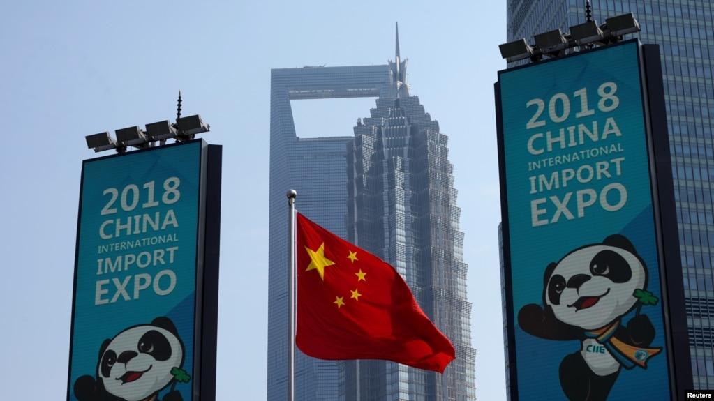 上海浦东竖起的中国国际进口博览会的宣传广告牌 (2018年10月17日)