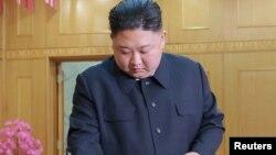朝鲜领导人金正恩参加最高人民会议议员选举。(朝鲜朝中社发布没有具体时间的照片)
