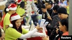Tiendas comerciales vendieron cifras récord durante el 'Viernes negro'.
