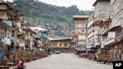 Jalanan yang lengang menyusul larangan keluar rumah bagi penduduk di Freetown, Sierra Leone, untuk menghentikan penyebaran Ebola (21/9). (AP/Michael Duff)