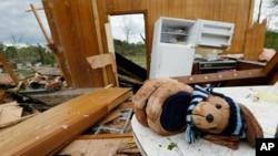 El Servicio Nacional de Meteorología emitió una vigilancia de tornado hasta las 8:00 de la noche del sábado para la mitad occidental de Arkansas.