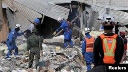 20일 에콰도르 지진 피해 지역 페데르날레스의 무너진 건물에서 적십자 직원과 구조요원들이 실종자 수색 작업을 벌이고 있다.
