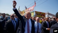 5일 오하이오주 캔필드 지역축제 현장을 찾아 선거운동을 펼치고 있는 도널드 트럼프(가운데) 공화당 대통령 후보와 마이크 펜스(가운데 오른쪽) 부통령 후보.