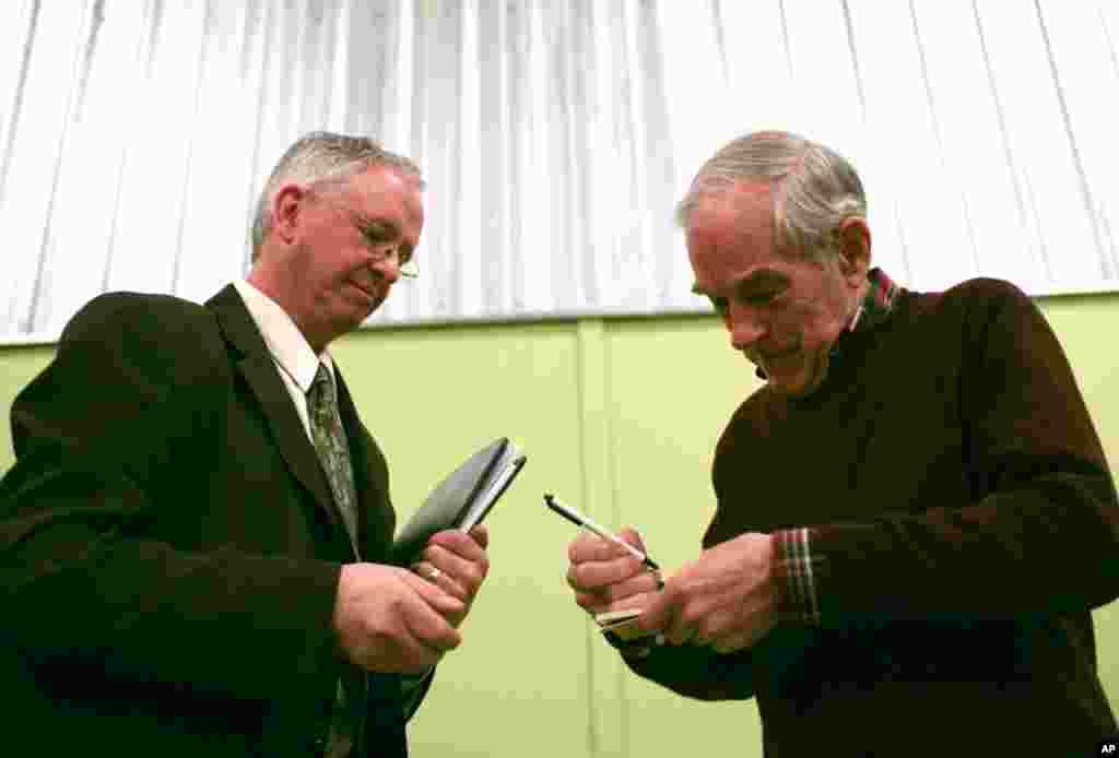 Ông Ron Paul ký tên cho một người ủng hộ sau cuộc họp tại Sandpoint, Idaho, ngày 5 tháng 3, 2012. (AP)