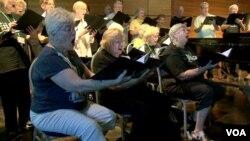 Para manula di Amerika bergabung dengan paduan suara untuk kesehatan yang lebih baik. (Photo: VOA)
