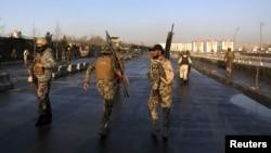 Các lực lượng an ninh Afghanistan trên hiện trường vụ đánh bom tự sát ở Kabul hôm 27/2.