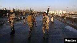 Pasukan keamanan Afghanistan memeriksa sekitar lokasi serangan bom bunuh diri di Kabul, Afghanistan (27/2).