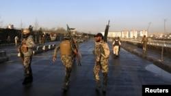 阿富汗保安部队在喀布尔自杀袭击现场。(2016年2月27日)