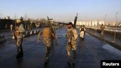 Pripadnici avganistanskih snaga bezbednosti na mestu napada u Kabulu, 27. februar 2016.