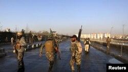 نیروهای امنیتی افغانستان در نزدیکی محل انفجار