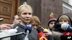 Former Ukranian Prime Minister and opposition leader Yulia Tymoshenko speaks to the media in front of the Prosecutor General's Office in Kiev, 15 Dec 2010