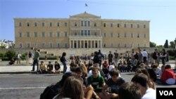 Pelajar SMA memblokir gedung parlemen Yunani di Athena dengan bermain kartu (3/10), terkait kebijakan pemerintah untuk penghematan dalam upaya mengatasi krisis ekonomi (foto:dok).