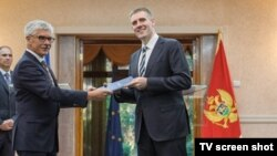 Šef delegacije EU u Crnoj Gori Mitja Drobnič predaje Izveštaj Evropske komije crnogorskom premijeru Igoru Lukšiću