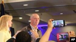 Kandidat anggota Kongres partai Republik dari Montana, Greg Gianforte bertemu dengan para pendukungnya di sebuah ballroom hotel di Bozeman, Montana, pasca pengumuman kemenangannya, 25 Mei 2017. (AP Photo/Bobby Caina Calvan).
