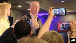 El republicano Greg Gianforte saluda a sus seguidores en un hotel luego de ganar la elección en Montana.