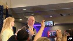 共和党候选人格雷格·詹佛特尔2017年5月25日赢得蒙塔纳州在国会众议院唯一席位后与支持者见面。