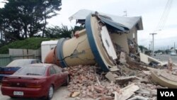 Sebuah rumah hancur oleh gempa bumi berkekuatan 6,3 SR di Christchurch, Selandia Baru, Selasa (2/22).