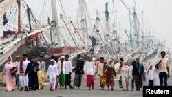 Warga muslim di pelabuhan Sunda Kelapa, Jakarta berjalan menuju lokasi sholat Idul Fitri, 31 Agustus 2011 (Foto: dok).